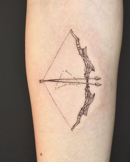 tatuaje de un arco y dos flechas