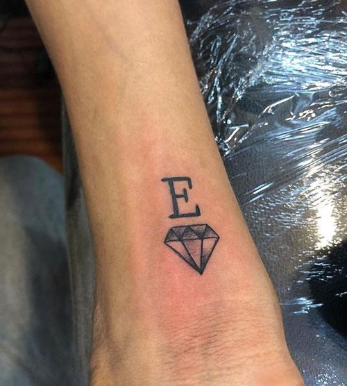 tatuaje diamante e inicial