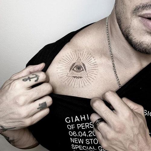 tatuaje en clavicula de ojo de horus