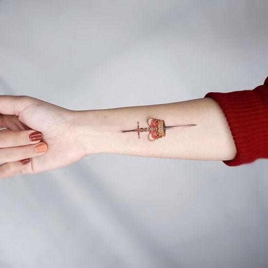 tatuaje en el brazo de una corona