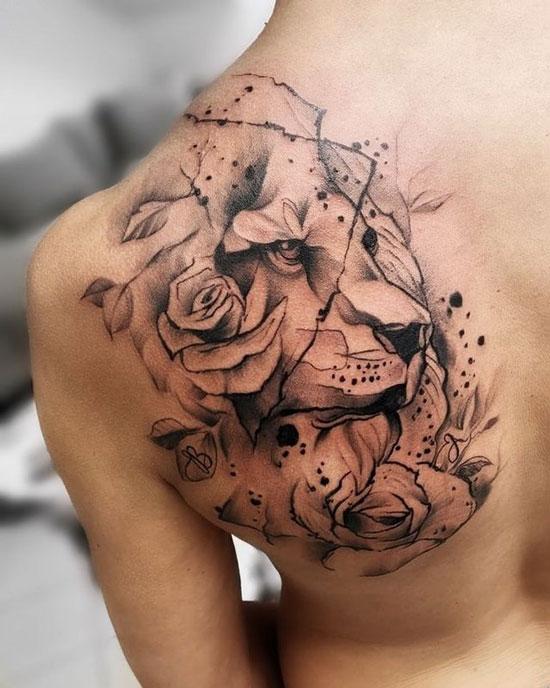 tatuaje de león en espalda