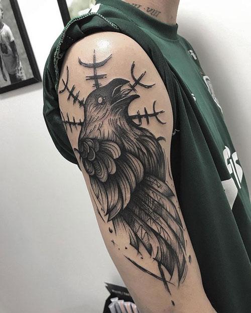 tatuaje en hombro de un cuervo