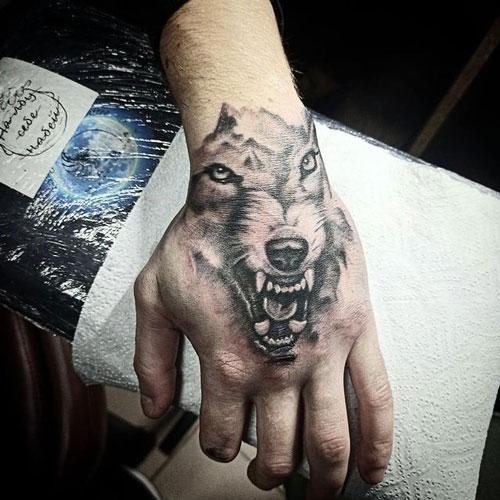 lobo tatuado en la mano