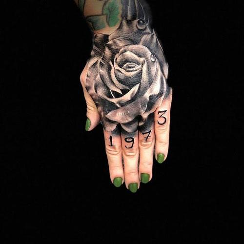 tatuaje en mano