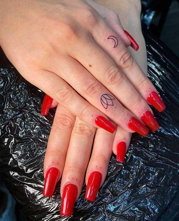 tatuaje flor y luna en dedos
