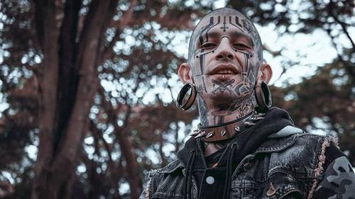 tatuaje grande en la cara