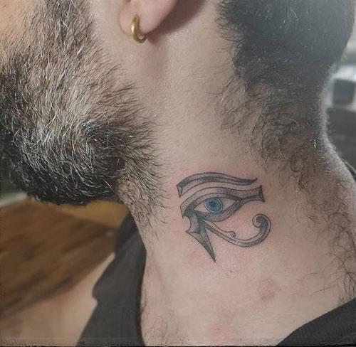 tatuaje ojo de horus en cuello