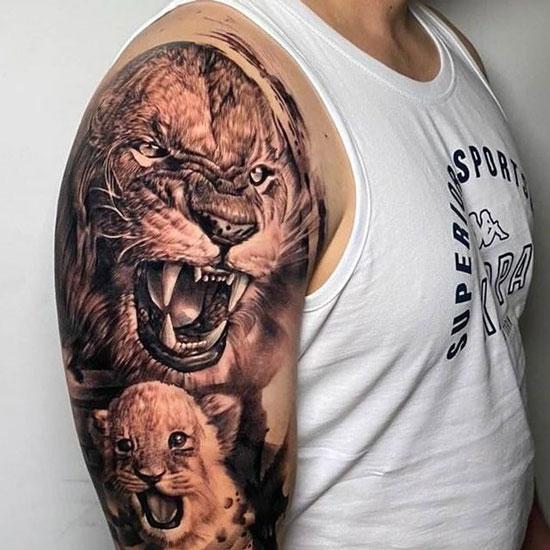 tatuaje en hombro de un león