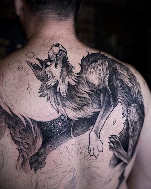 tatuaje de lobo en la espalda