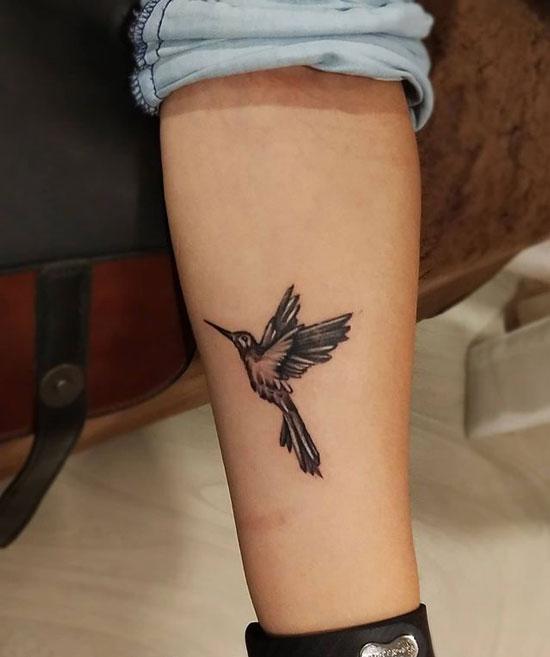 tatuaje colibri en pie