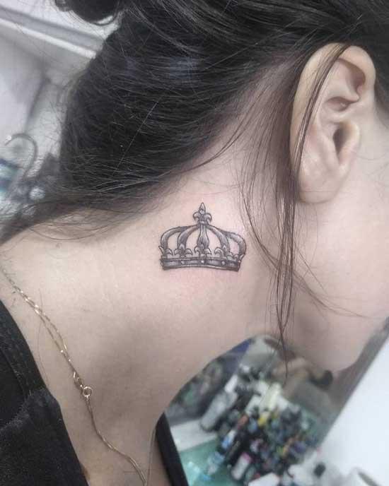 tatuaje pequeño en cuello