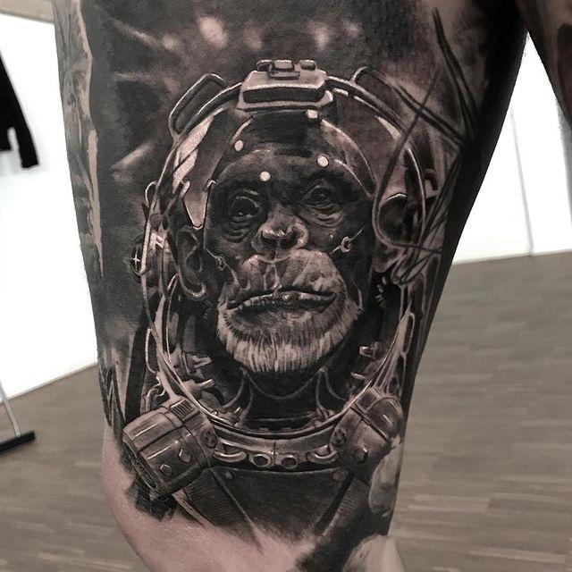 chimpance astronauta tatuaje