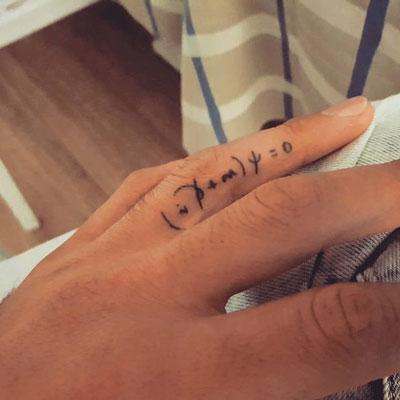 dirac tatuaje en dedo