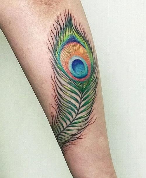 tatuaje de plumas de pavo real