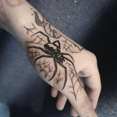 tatuaje araña en la mano