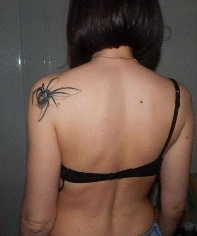 tatuaje de araña en espalda