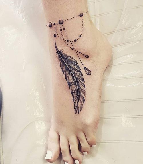 tatuaje de pluma con brazalete
