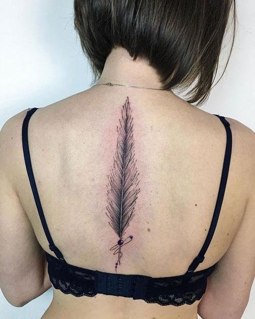 tatuaje de plumas en espalda