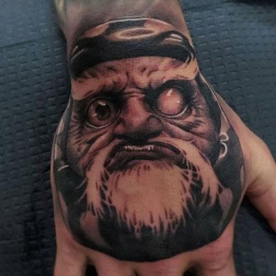 tatuaje en la mano de un daruma