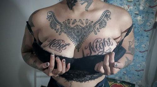 tatuaje en senos de mujer