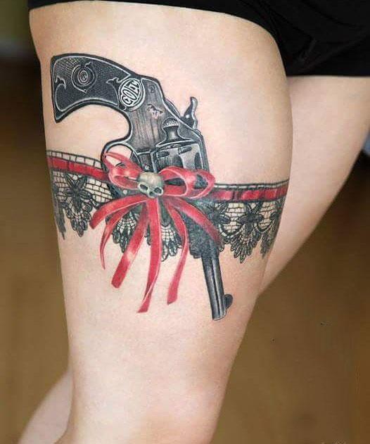 tatuaje liguero y arma