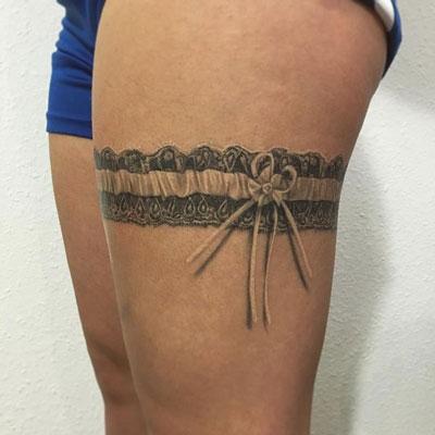 tatuaje negro y gris de liguero