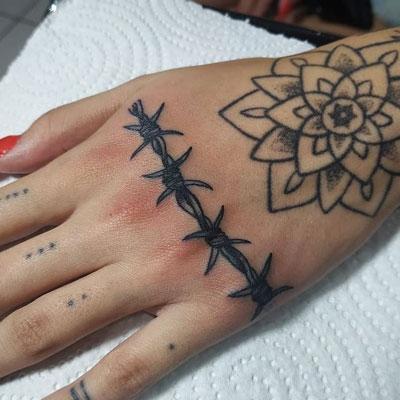 tatuaje en negro de puas
