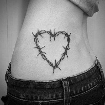 tattoo de aambre de puas en cintura