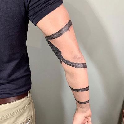 tattoo de cuerda en el brazo