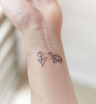 tattoo de tortuga y flor