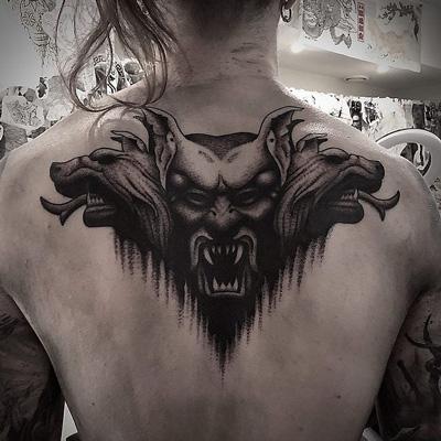 tattoo en la espalda de dracula