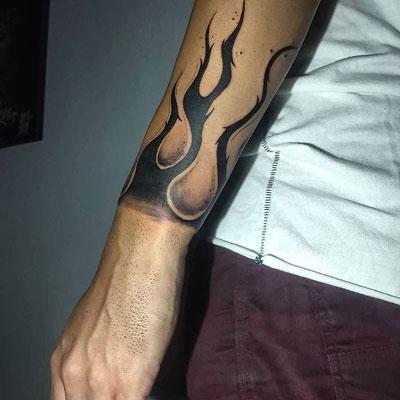 tattoo flama en antebrazo