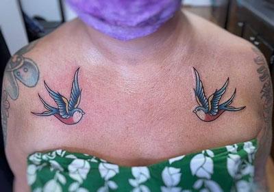 tattoo golondrina a color