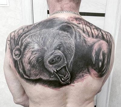 tattoo oso en la espalda
