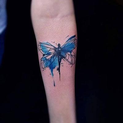 tatuaje acuarea azul libelula