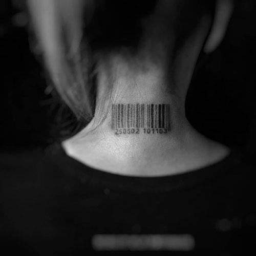 tatuaje codigo en cuello