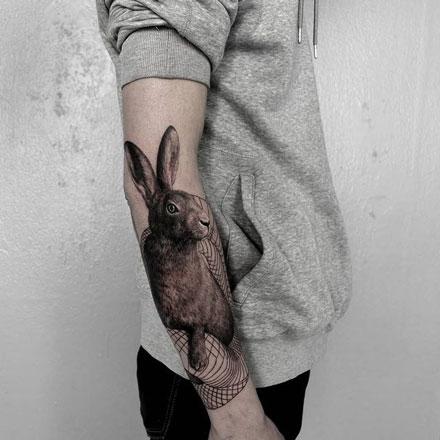 tatuaje conejo en negro y gris