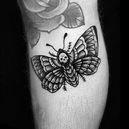 tatuaje de polilla en negro y gris