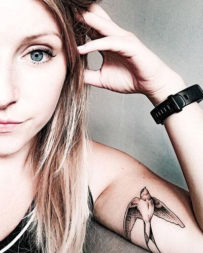 tatuaje en brazo de golondrina
