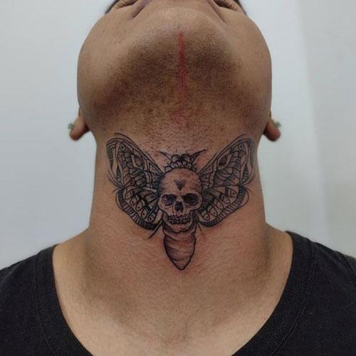 tatuaje en cuello de polilla