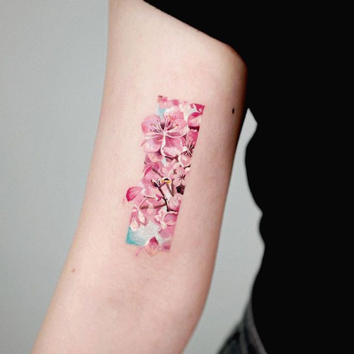 tatuaje flor de cerezo en brazo