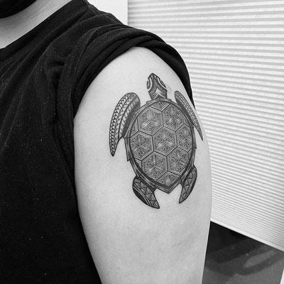 tatuaje negro y gris de tortugas