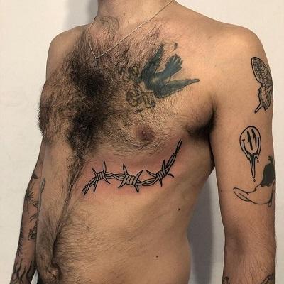 tatuaje puas en costillas