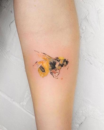 tatuaje realismo abeja