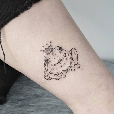 tatuaje sapo con corona