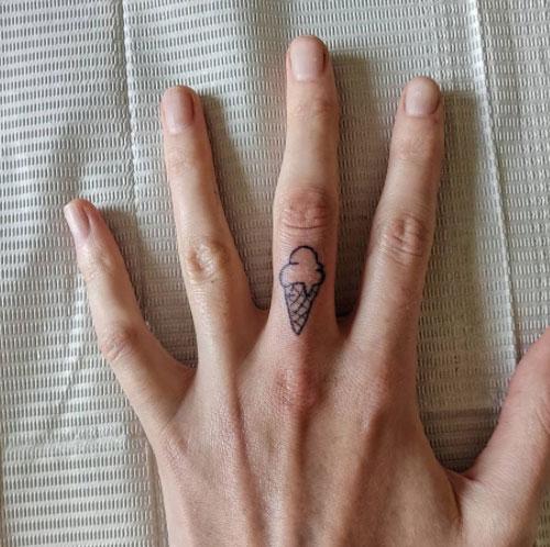 tatuaje en dedo de un helado
