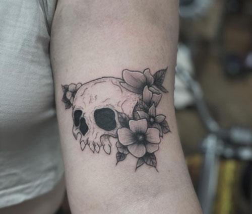 calavera tatuaje en brazo