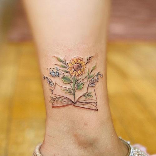 libro tattoo con flor