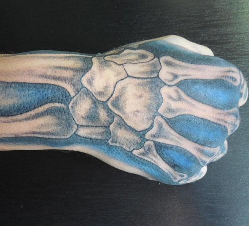 tattoo dedos de hueso