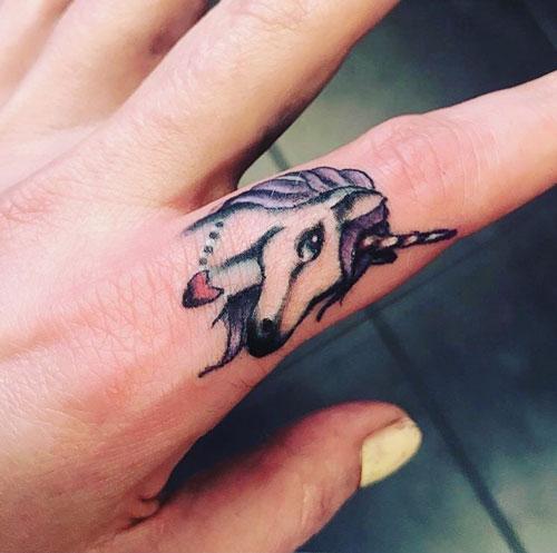 tattoo en dedo de unicornio